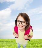 Adolescente sonriente feliz en lentes con el bolso Imágenes de archivo libres de regalías