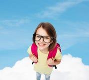 Adolescente sonriente feliz en lentes con el bolso Fotos de archivo libres de regalías