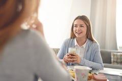 Adolescente sonriente feliz que desayuna en casa Imagen de archivo libre de regalías