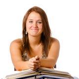 Adolescente sonriente feliz que estudia con los libros Fotografía de archivo libre de regalías