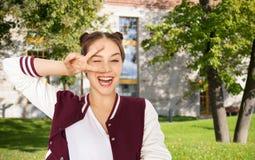 Adolescente sonriente feliz que muestra el signo de la paz Fotografía de archivo libre de regalías