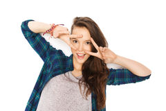 Adolescente sonriente feliz que muestra el signo de la paz Foto de archivo