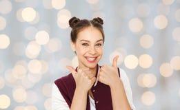 Adolescente sonriente feliz que muestra los pulgares para arriba Fotos de archivo libres de regalías