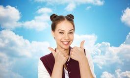 Adolescente sonriente feliz que muestra los pulgares para arriba Imágenes de archivo libres de regalías