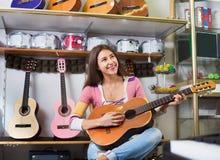 Adolescente sonriente feliz que presenta con la guitarra clásica Fotografía de archivo libre de regalías