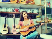 Adolescente sonriente feliz que presenta con la guitarra clásica Imagenes de archivo