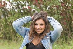 Adolescente sonriente fresco al aire libre Foto de archivo