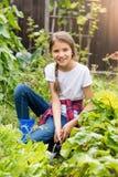 Adolescente sonriente hermoso que trabaja en el jardín Foto de archivo libre de regalías
