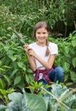 Adolescente sonriente hermoso que trabaja en el jardín Imágenes de archivo libres de regalías