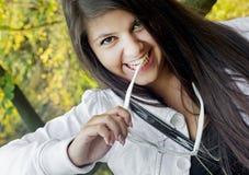 Adolescente sonriente joven con las gafas de sol Fotos de archivo libres de regalías