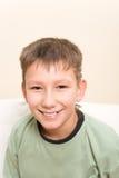 Adolescente sonriente. La sonrisa tiene nadie diente del cuspid Imágenes de archivo libres de regalías