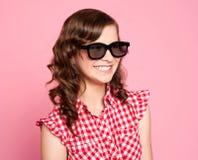 Adolescente sonriente que desgasta anteojos negros Fotos de archivo libres de regalías