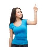 Adolescente sonriente que destaca su finger Foto de archivo