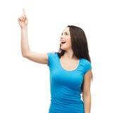 Adolescente sonriente que destaca su finger Fotografía de archivo libre de regalías