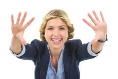 Adolescente sonriente que enmarca con las manos Imagenes de archivo