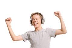Adolescente sonriente que escucha la música Imágenes de archivo libres de regalías