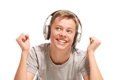 Adolescente sonriente que escucha la música Fotos de archivo