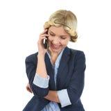 Adolescente sonriente que habla el teléfono móvil Imágenes de archivo libres de regalías