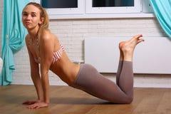 Adolescente sonriente que hace ejercicio en piso en casa Imagen de archivo