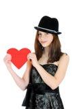 Adolescente sonriente que lleva a cabo el corazón de la tarjeta del día de San Valentín Foto de archivo