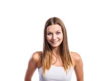 Adolescente sonriente que lleva una camiseta blanca apretada, aislada Fotos de archivo