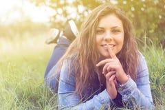 Adolescente sonriente que miente al aire libre Imagen de archivo libre de regalías