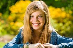 Adolescente sonriente que mira la cámara al aire libre Foto de archivo libre de regalías