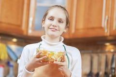Adolescente sonriente que muestra al Sala vegetal orgánico hecho en casa Fotos de archivo libres de regalías