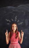 Adolescente sonriente que muestra el concepto de pensamiento Imagen de archivo