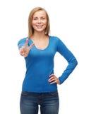 Adolescente sonriente que muestra la v-muestra con la mano Imágenes de archivo libres de regalías