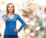 Adolescente sonriente que muestra la v-muestra con la mano Imagen de archivo