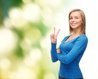 Adolescente sonriente que muestra la v-muestra con la mano Imagen de archivo libre de regalías