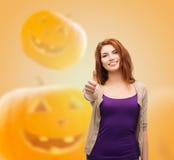 Adolescente sonriente que muestra los pulgares para arriba Fotografía de archivo libre de regalías