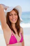 Adolescente sonriente que presenta delante del mar Imagen de archivo libre de regalías