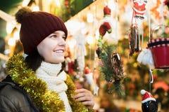 Adolescente sonriente que presenta en el mercado de Navidad Foto de archivo libre de regalías