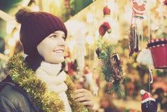 Adolescente sonriente que presenta en el mercado de Navidad Imagen de archivo libre de regalías