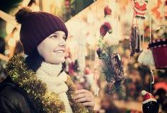 Adolescente sonriente que presenta en el mercado de Navidad Fotografía de archivo