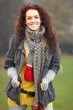 Adolescente sonriente que se coloca en paisaje del otoño Imagenes de archivo