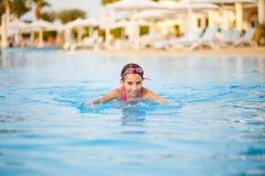 Adolescente sonriente que se divierte en piscina Fotos de archivo libres de regalías