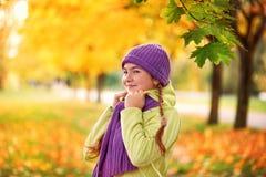 Adolescente sonriente que se relaja en amarillo del parque del otoño amarillo retrato del otoño del bebé en hoja de arce Imagenes de archivo
