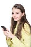 Adolescente sonriente que sostiene smartphone en manos Fotos de archivo libres de regalías