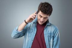 Adolescente sonriente que tiene una llamada de teléfono Imagen de archivo