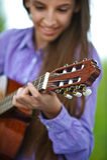 Adolescente sonriente que toca la guitarra Fotos de archivo