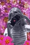 Adolescente sonriente que toma imágenes de la cámara retra Fotografía de archivo