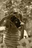 Adolescente sonriente que toma las fotos de la cámara retra en la naturaleza Fotos de archivo