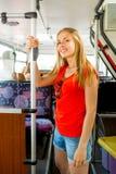 Adolescente sonriente que va en autobús Fotografía de archivo libre de regalías