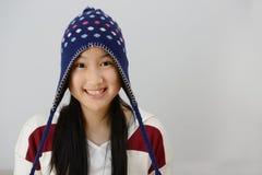 Adolescente sonriente sobre fondo gris Foto de archivo libre de regalías