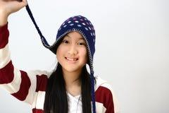 Adolescente sonriente sobre fondo gris Imagenes de archivo