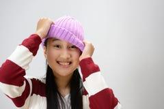 Adolescente sonriente sobre fondo gris Imagen de archivo libre de regalías
