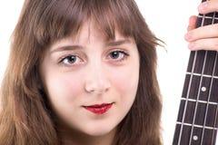 Adolescente sonriente y una guitarra baja Imagenes de archivo